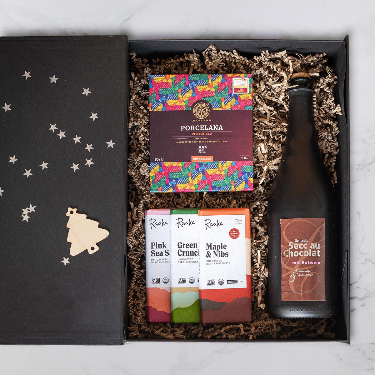 Chocolademeisjes pakket, met duurzame chocolade en wijn in luxe doos.